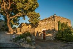 Взгляд традиционных каменных домов и стен на улице на заходе солнца, в Châteauneuf-de-Gadagne стоковые изображения rf