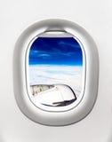 Взгляд турбины и облаков воздушных судн от окна самолета Стоковое Изображение RF