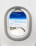 Взгляд турбины и облаков воздушных судн от окна самолета Стоковое фото RF