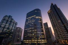Взгляд угла перспективы и нижней стороны современных небоскребов Стоковая Фотография RF