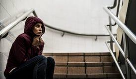 Взгляд усаживания взрослой женщины потревоженный на лестнице Стоковая Фотография