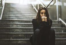 Взгляд усаживания взрослой женщины потревоженный на лестнице Стоковое фото RF