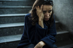 Взгляд усаживания взрослой женщины потревоженный на лестнице Стоковое Фото