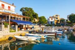 Взгляд утра на гавани парусника в Porat с много причаленных шлюпками и яхт, Хорватией Стоковое Изображение RF