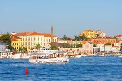 Взгляд утра на гавани парусника в Rovinj с много причаленных парусниками и яхт, Хорватией Стоковое Фото