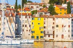 Взгляд утра на гавани парусника в Rovinj с много причаленных парусниками и яхт, Хорватией Стоковые Фотографии RF