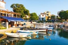 Взгляд утра на гавани парусника в Rovinj с много причаленных шлюпками и яхт, Хорватией Стоковые Фотографии RF