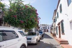 Взгляд улицы в Санто Доминго, Доминиканской Республике, с автомобилями автостоянки Стоковое Фото