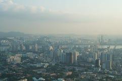 Взгляд улицы города Сеула от верхней части в лете Стоковые Изображения