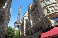 Взгляд улицы на Эйфелевой башне в Париже, Франции Стоковая Фотография