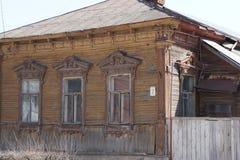Взгляд улицы с жилым деревянным домом в захолустном городке Zaraysk, область Москвы Стоковая Фотография RF
