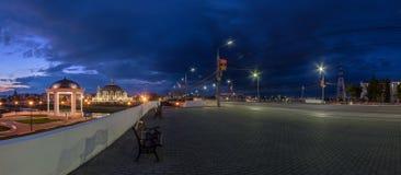 Взгляд улицы Тулы ночи широкоформатный с ротондой, музеем оружий и Стоковое фото RF