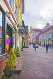 Взгляд улицы Pilies в старом городке Вильнюса в Литве на стоковые изображения rf