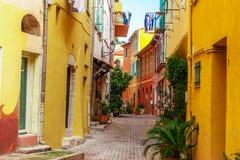 Взгляд улиц Villefranche-sur-Mer, славный, французская ривьера Стоковые Фотографии RF