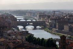 Взгляд Флоренса в свете вечера с мостом Ponte Vecchio Стоковое Изображение