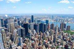 Взгляд центра города Нью-Йорка Манхаттана с небоскребами и голубым небом в дне Стоковая Фотография