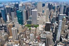 Взгляд центра города Нью-Йорка Манхаттана с небоскребами и голубым небом в дне Стоковые Изображения RF