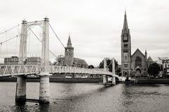 Взгляд церков и реки Инвернесса от footbridge, Шотландии стоковая фотография rf