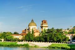 Взгляд церков Сан Giorgio в Braida, Вероне, Италии Стоковое фото RF