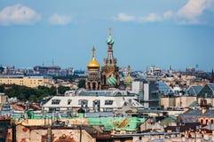 Взгляд церков спасителя на крови и старых крыш от собора ` s St Исаак st petersburg России Стоковое Изображение