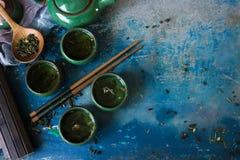 Взгляд чайника и чашек традиционного китайския от верхней части Стоковые Фотографии RF