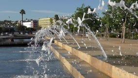 Взгляд через воду фонтана путешествовать людей сток-видео