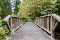 Взгляд через деревянный мост Стоковые Изображения