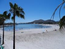 Взгляд через пляж и залив Alcudia стоковое фото rf