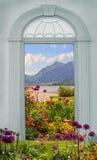 Взгляд через сдобренную дверь, зимний променад Стоковые Изображения RF