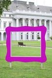 Взгляд через фиолетовую рамку к парадному входу исторического дворца Стоковое Изображение