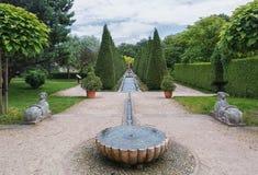Взгляд числа фонтанов внутри pyramidal tui в парке стоковое фото rf