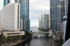 Взгляд шикарного района Майами городск Река и небоскребы Майами на своих банках стоковое фото