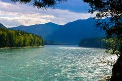 Взгляд широкого голубого реки и голубых гор Стоковая Фотография