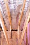 Взгляд щипца продолжающийся проекта изоляции жары чердака дома Стоковые Фото
