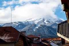 Взгляд лыжного района в Bansko от городка Стоковые Фото