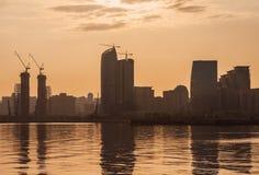 Взгляды Баку преследуют на пасмурный день с лучами солнца через облака Стоковое Изображение RF