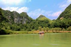 Взгляды берега реки в villiage bama, guangxi, фарфоре Стоковые Изображения RF