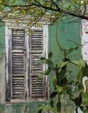 Взгляды вокруг Scharloo - старые окно и краска шелушения Стоковое фото RF