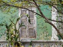 Взгляды вокруг Scharloo - старые окно и краска шелушения Стоковые Фотографии RF