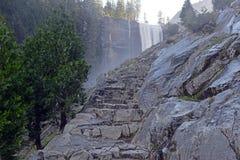 Взгляды вдоль тумана отстают до весеннего падения, Yosemite Стоковые Фотографии RF
