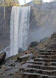 Взгляды вдоль тумана отстают до весеннего падения, Yosemite Стоковое Фото