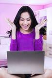 Взгляды девочка-подростка изумленные в спальне Стоковые Фотографии RF