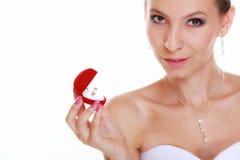 Взгляды девушки на коробке при изолированные захват или обручальное кольцо, Стоковое Изображение RF
