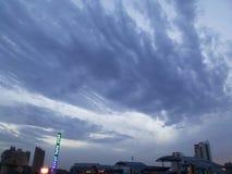 Взгляды над городом - красивым городом Huludao облаков, провинцией Ляонина, портовым районом CBD Китая Longwan Стоковая Фотография