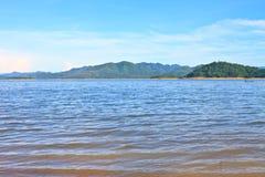 Взгляды над запрудой Kaengkrachan резервуара Стоковое Изображение
