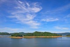 Взгляды над запрудой Kaengkrachan резервуара Стоковые Изображения
