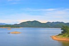 Взгляды над запрудой Kaengkrachan резервуара Стоковое Изображение RF
