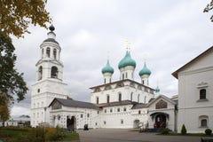 Взгляды святых стробов и церков St Nicholas облака к день Монастырь Svyato-Vvedensky Tolgsky, Yaroslavl Золотое кольцо Ru Стоковое фото RF