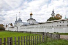 Взгляды святых стробов и церков St Nicholas облака к день Монастырь Svyato-Vvedensky Tolgsky, Yaroslavl Золотое кольцо Ru Стоковая Фотография