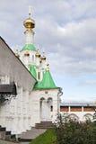 Взгляды святых стробов и церков St Nicholas облака к день Монастырь Svyato-Vvedensky Tolgsky, Yaroslavl Золотое кольцо Ru Стоковая Фотография RF
